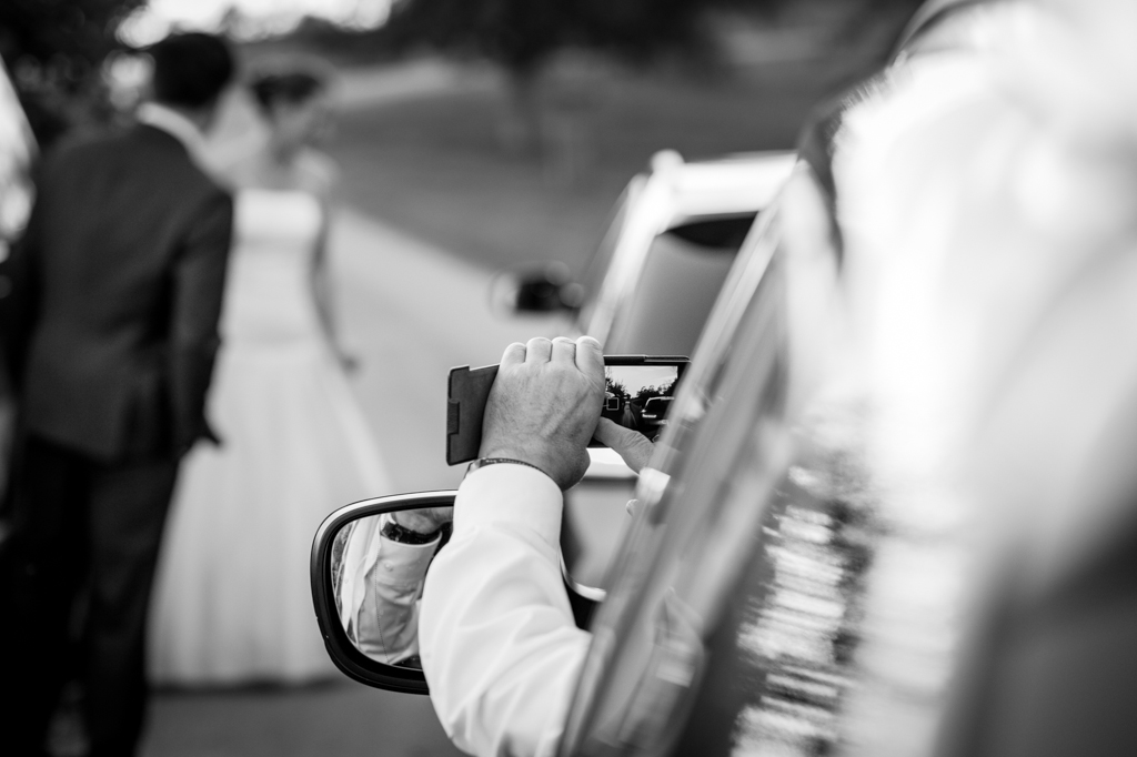 Detailaufnahme Hochzeitsgäste Handy