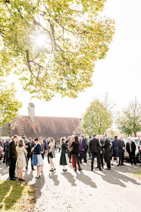 Kirchliche Trauung Fotografie Gäste Gegenlicht